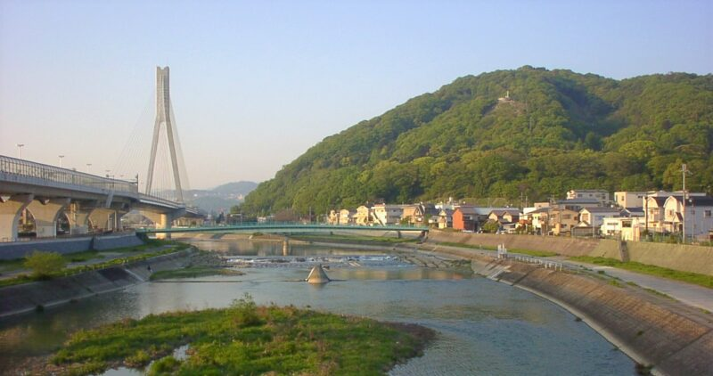 大阪、兵庫県境呉服橋からみる猪名川と五月山